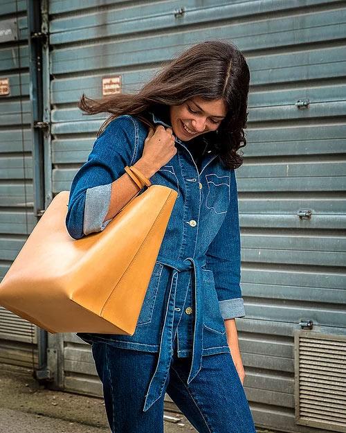 Stor Shopper DELUXE natur med model i blå denim