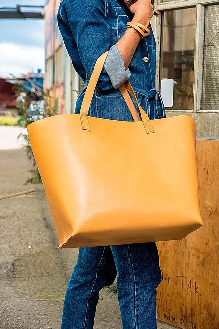 Shopper DELUXE natur med model i blå denim