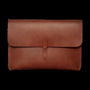 """Macbook 13"""" sleeve i cognac vegetabilsk garvet kernelæder. Med geværknap."""